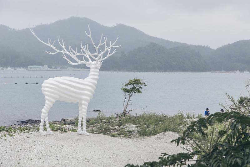 名和晃平在杜鹿半島上的《白鹿》作品 reborb art 石卷