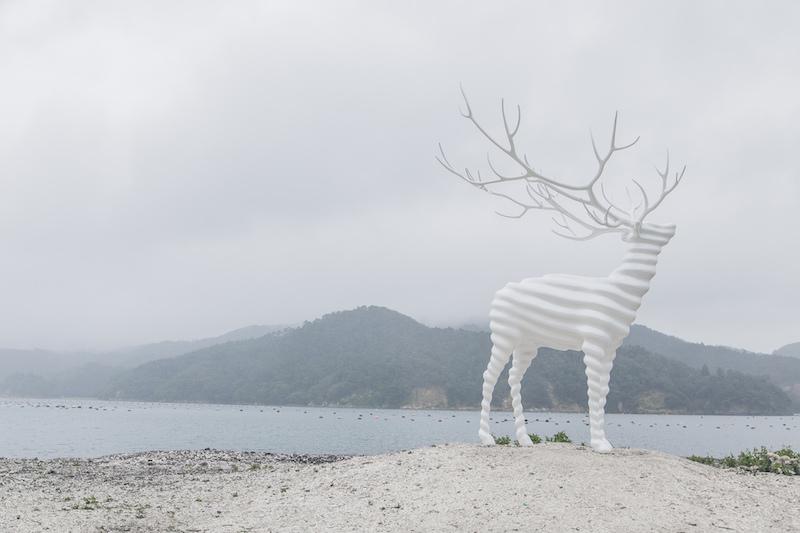 名和晃平在杜鹿半島上的《白鹿》 Reborn-art 石卷